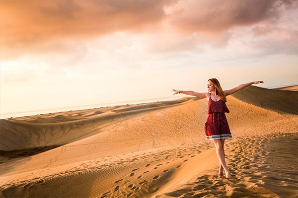 Frau auf den kanarischen Sanddünen | alltours Reiseblog