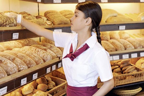Bäckerin verkauft Brote | alltours Reiseblog