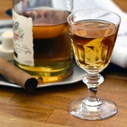 Sherry in Likör - Sherryglas auf Holztisch / Foodstyling / Gentlemens Club